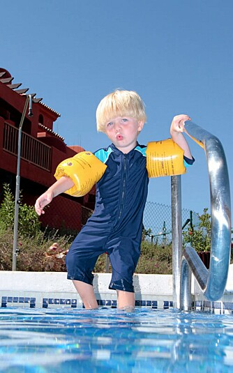 UV-DRAKT: En hel drakt gir god beskyttelse og er praktisk for små barn som ikke liker å smøre seg.
