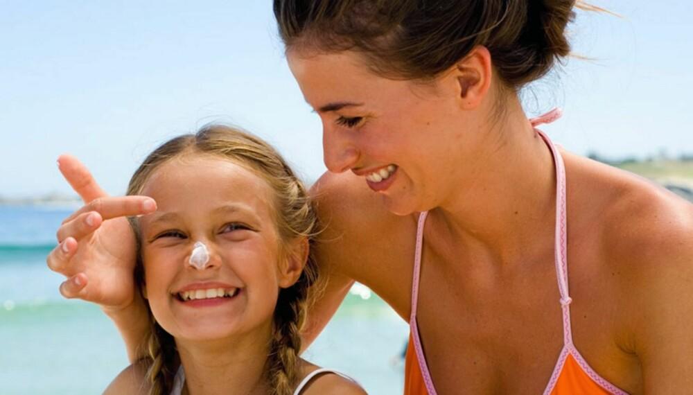 SOLVETT: Pass på at du bruker nok krem når du smører barna.