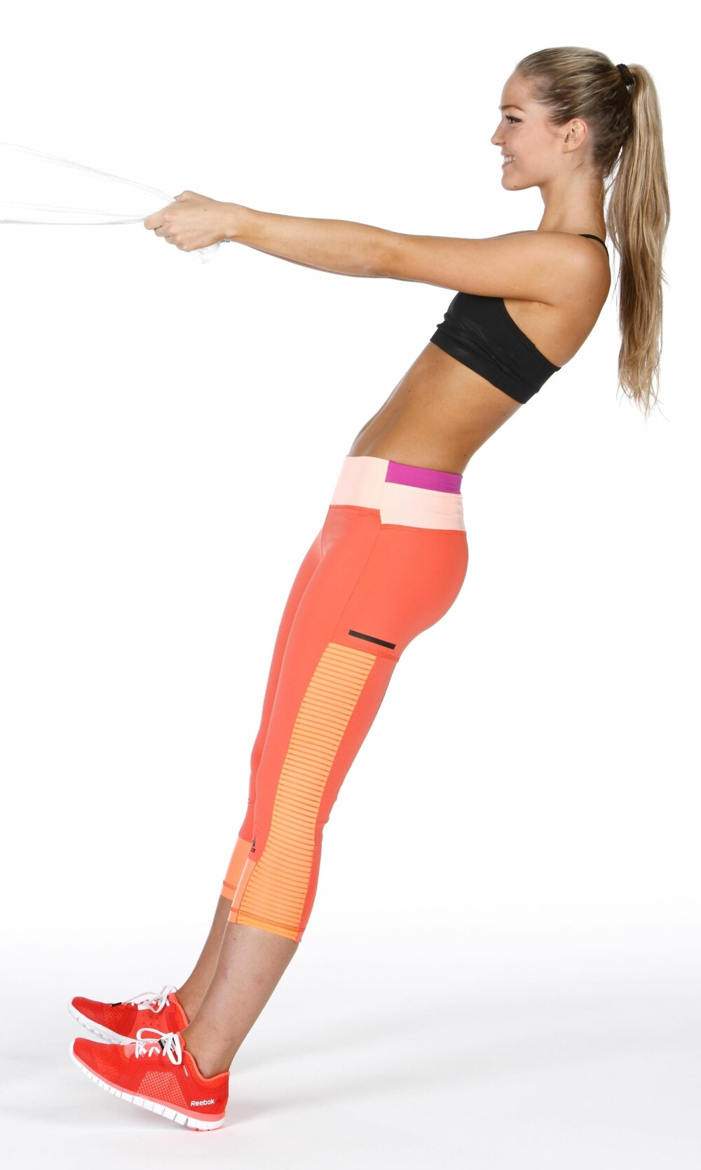 STÅENDE ROING: Fest et håndkle rundt noe i brysthøyde, og len deg bakover med tyngden på hælene.