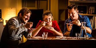 SURE GREIER: Testpanelet er ikke spesielt imponert over pastasausene. Fra venstre: Dag Tjersland, Hilde Gustafson og Morten Øverbye.
