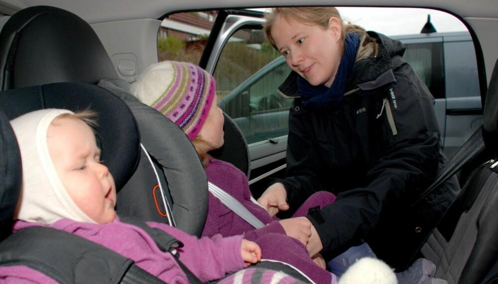 FEILMONTERTE: På grunn av villedende bruksanvisning, ble ikke bilstolen Britax Max Way montert riktig den første perioden mamma Irlin Nyland hadde stolen. Nå er stolen riktig montert, og storesøster på 4 sitter godt i den. Lillesøster (11 mnd) sitter i en en BeSafe IziKid X3 med Isofix.
