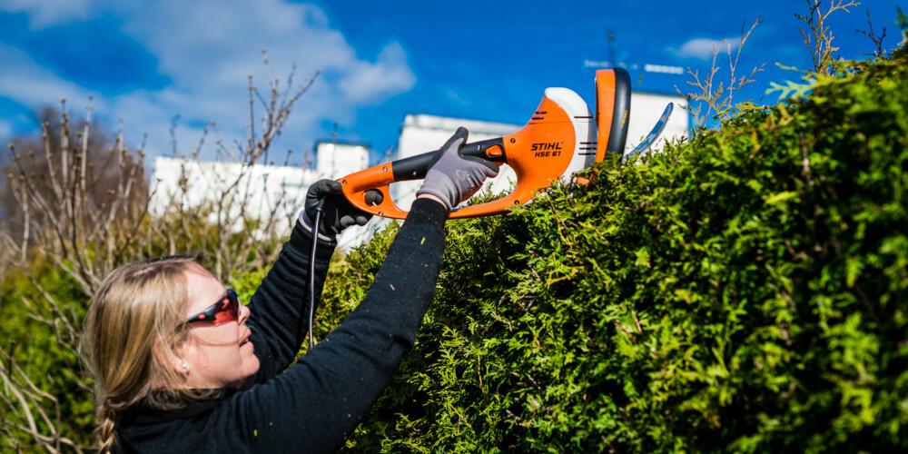 GOD REKKEVIDDE: Med hekksaksen fra Stihl klarer Kjersti Bergerud å klippe toppen av hekken uten å stå på stige.