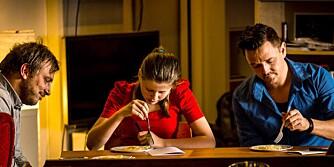 DYP KONSENTRASJON: Det er større forskjell på butikkspaghettien enn man kan skje skulle tro. Her er smakstesterne våre i arbeid (f.v.): Dag Tjersland (kokk, kokebokforfatter og eier, restaurant Baltazar), Heidi (12) og Morten Øverby (kokk/kokebokforfatter/journalist).