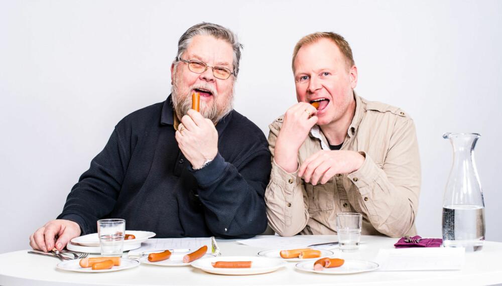 PØLSETESTERNE: Pensjonert pølsemaker Tore Teigen og pasjonert pølseelsker Ivar Kvistum smakte seg gjennom 11 forskjellige wienerpølser og kåret en vinner.