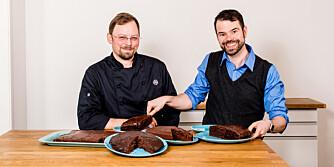 KAKESMAKERNE: Konditorsjef Jan Arve Stålskjær i W.B. Samson og hobbybaker Sten J. McNeil Ånnerud har smakt seg gjennom sju ulike sjokoladekaker basert på kakemiks.