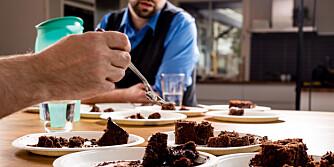 GRUNDIG VURDERING: Alle kakene ble smakt minst to ganger for å vurdere helheten og sammenligne med de andre.