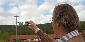 TESTER: Her blir brillene testet for hvor mye lys som slippes gjennom brillene og om brillene gjengir farger i landskapet korrekt. Det er høgskolelektor Bonnie Uchermann ved avdeling for Optometri og synsvitenskap ved Høgskolen i Buskerud og Vestfold som står for den tekniske delen av denne testen.