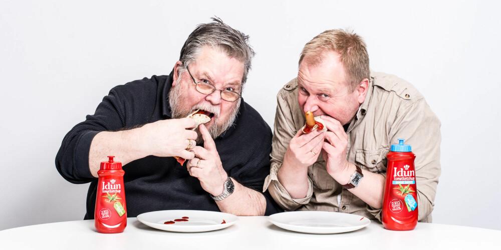 KOM AN, KETSJUP: Alle de 10 ketsjupene ble testet uten tilbehør, men når testingen var ferdig kunne smaksdommerne Tore Teigen og Ivar Kvistum kose seg med wienerpølser i lompe med masse ketsjup.
