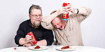 TESTPANELET: Pølsemakermester Tore Teigen (74) og humorforfatter Ivar Kvistum (45) går ikke av veien for å leke med maten. Og de er veldig glad i ketsjup!
