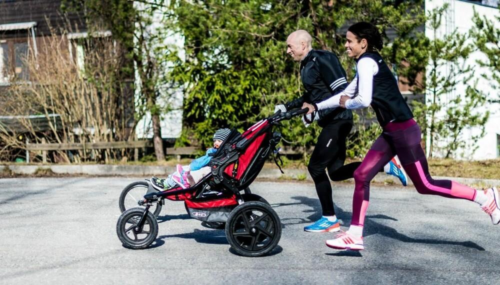SUPERTESTERE: Veslemøy Hausken Sjøquist og Erik Sjøquist, begge tidligere toppløpere med nasjonale mesterskap, har testet joggevogner for Klikk.no.