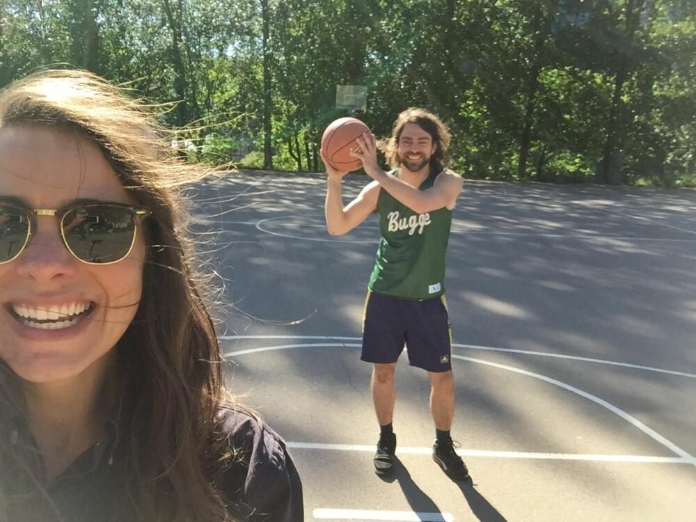 FIKK BLI MED: Linn tilbragte deler av dagen på en basketbanen på Grünerløkka