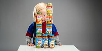 SE PÅ TÅRNET: Mikkel har bygget høye tårn av barnemat-glassene.