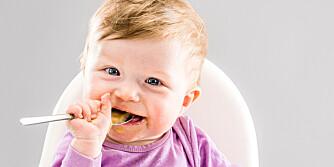 LYKKE-LIG: Lille Lykke har akkurat begynt med fast føde, og det er kjempestas å spise selv!