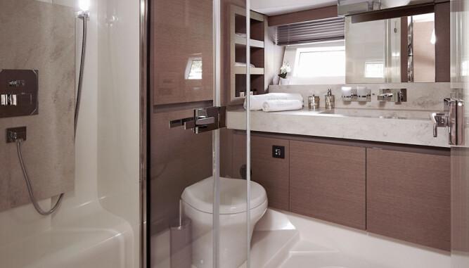 SPA NESTE: Slik ser baderommet på en fornuftig bruksbåt ut, ifølge Prestige. (FOTO: Prestige)