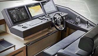 GLASSCOCKPIT: Raymarine står for elektronikken ombord, i cockpit er det full kontroll med svære skjermer. (FOTO: Prestige)