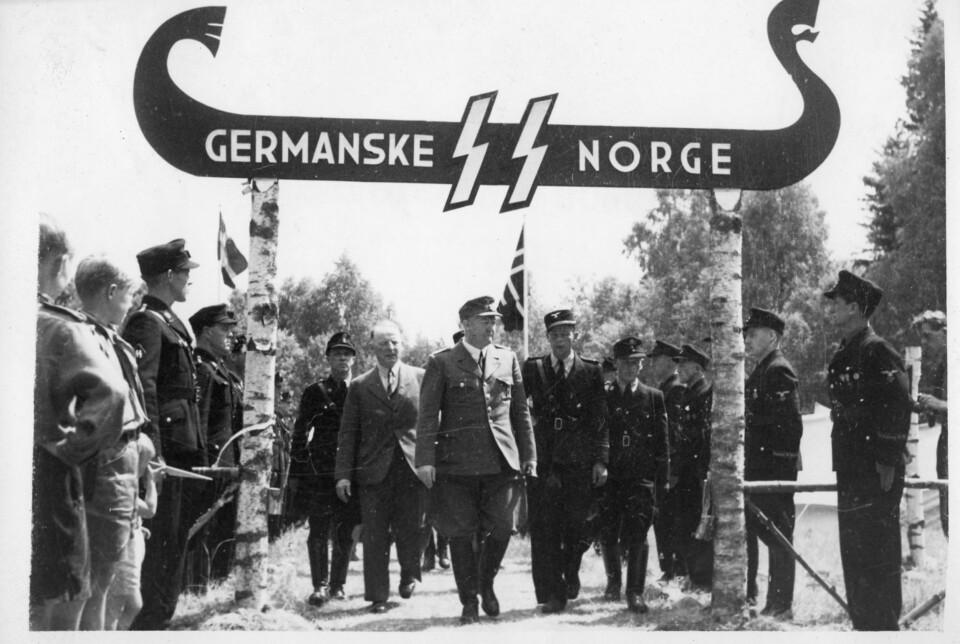 Vidkun Quisling fotografert under Germanske SS Norge sin portal under Borrestevnet i 1943 eller -44.