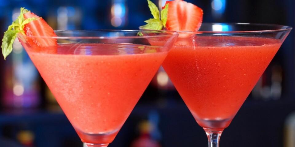 SOMMERLIG: Bygg ut en vanlig daiquiri med jordbær og knust is, og du har en perfekt sommerdrink. Foto: Colourbox.