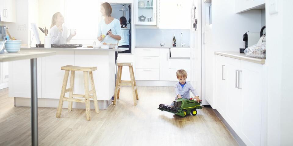 GULVBELEGG PÅ KJØKKENET: Kjøkkengulvet skal tåle så mangt, og på kjøkkenet kan du velge mellom blant annet gummigulv, parkett eller laminat. FOTO: Getty Images.