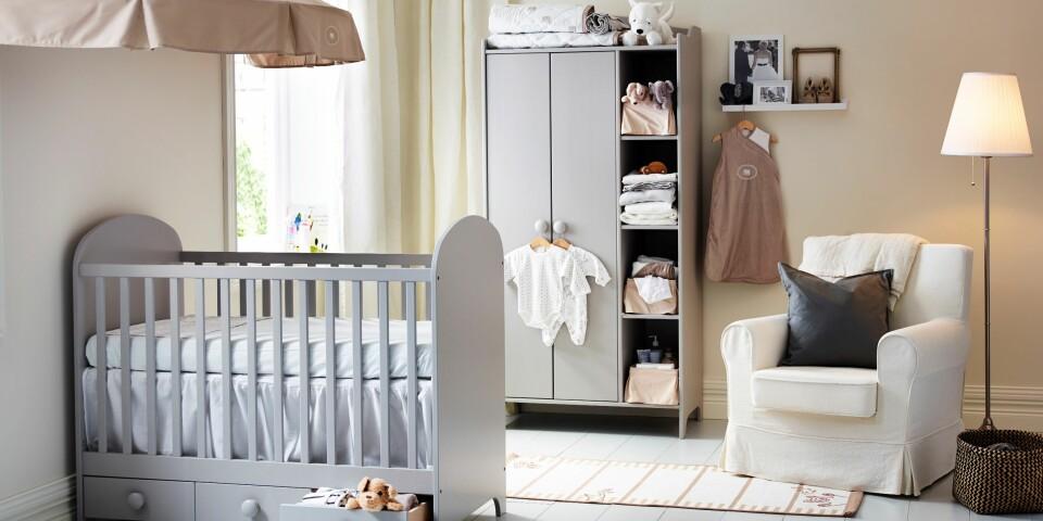 BABYROM: Sengehimmel, babymøbler og pastellfargede tapeter frister sikkert å innrede barnerommet med, men det er langt viktigere ting å huske på først - som en god seng, en ammekrok og mye oppbevaringsplass. Foto: Ikea.no.