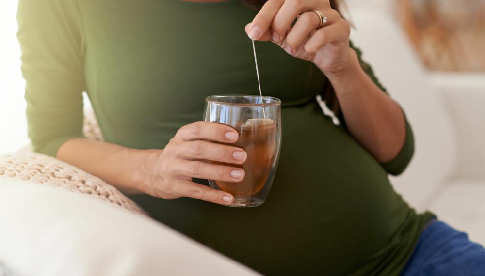 DRIKKE I SVANGERSKAPET: Du bør være totalt avholdende fra alkohol gjennom hele graviditeten og drikke maks 1-2 kopper kaffe per dag. Foto: Gettyimages.com.