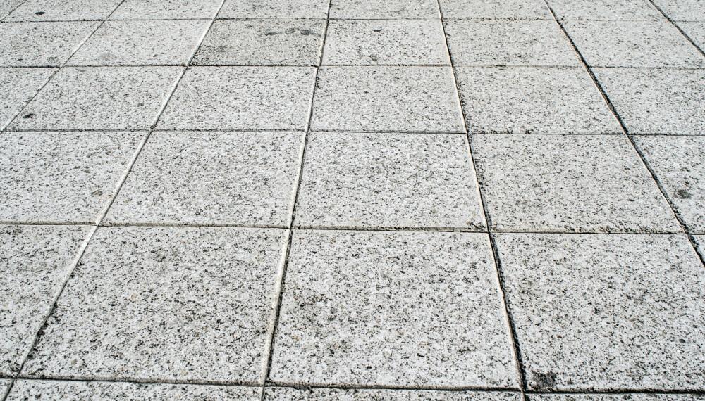 LEGGE STEINHELLER: Betongheller er et godt alternativ hvorvidt gjelder steinheller på uteplassen eller i hagen. Foto: gettyimages.com.