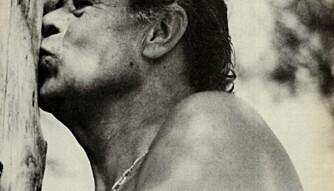 Alfred Heineken var ingen selvhøytidelig milliardær. Her lar han seg avbilde mens han kysser et tre. FOTO: vimennpluss.no