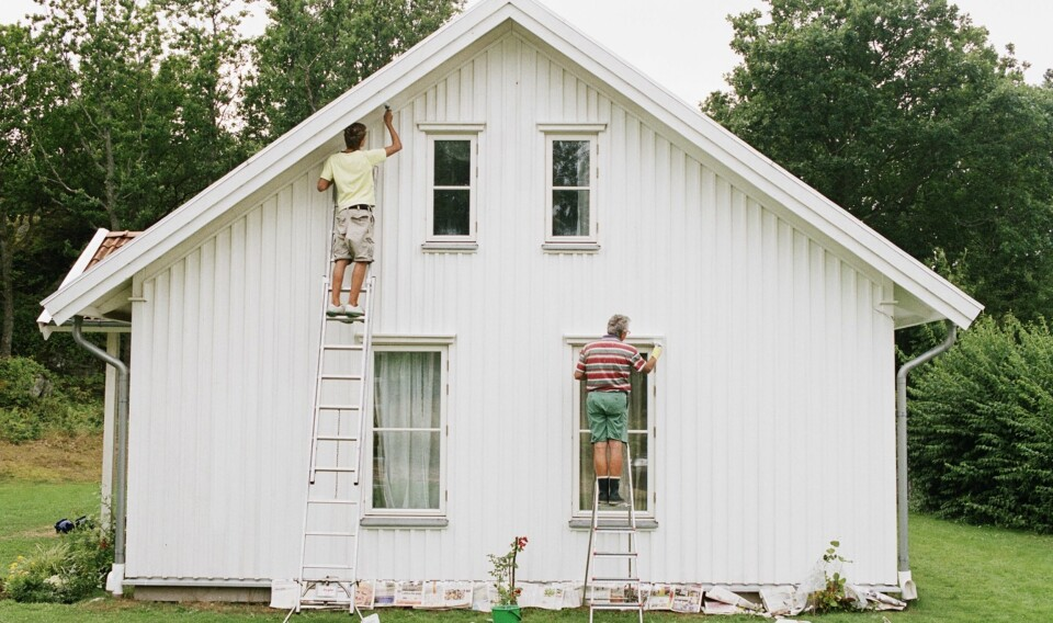 HUSFARGE: Det er fort gjort å velge hvit husmaling, men ifølge ekspertene er det mye du bør ta til vurdering før du finner den riktige husfargen. Foto: gettyimages.com.