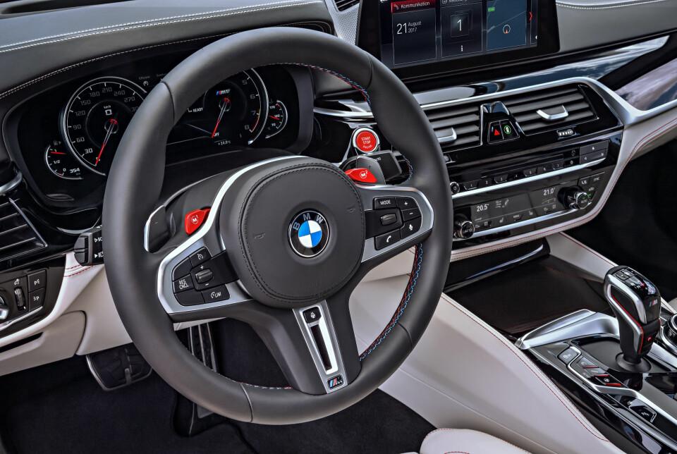RØDT: Med de to rødfargede M1- og M2-knappene over girskifthendlene på multifunksjonsrattet, kan føreren konfigurere bilen i to individuelle favorittoppsett. Du som fører kan du sette opp karakteristikken på M xDrive, DSC, motor, gir, understell og styring etter smak og behag.
