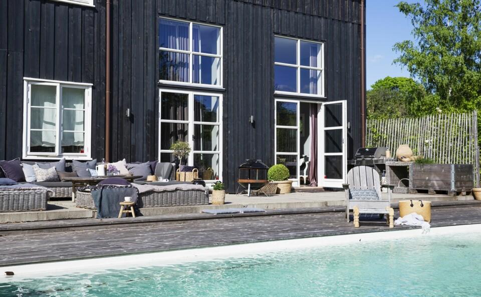 ET HAV I HAGEN: Familien satset på et saltvannsbasseng. For hvis ikke huset kan få komme til sjøen, så får sjøen komme til huset. FOTO: Anne Bråtveit. STYLING: Silje Aune Eriksen
