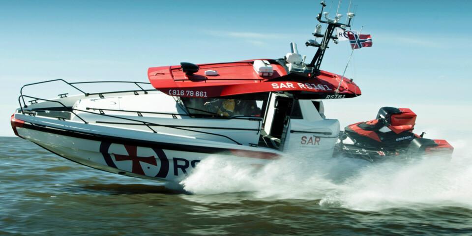 DESIGN OG FART: Ingen tvil om at Bård Eker og teamet på Hydrolift kan båtdesign. Men 45 knop forflytter Staff-klassen seg raskt på oppdrag. (FOTO: Terje Bjørnsen, Glenn Røkeberg og Hydrolift)