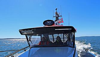TEAMWORK I COCKPIT: Samarbeid er nøkkelordet for utrykning i en redningsskøyte. (FOTO: Terje Bjørnsen, Glenn Røkeberg og Hydrolift)