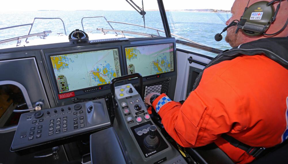 SUVEREN ELEKTRONIKK: Styrbord skjerm er satt opp med et PC-basert navigasjonssystem fra Telco og C-Map kart. Babord skjerm brukes i hovedsak til radar, et IMO-godkjent system fra Furuno. (FOTO: Terje Bjørnsen, Glenn Røkeberg og Hydrolift)