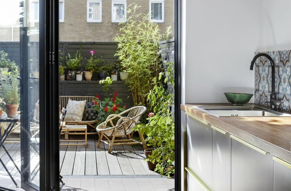 BRITISK BALANSEGANG: I London bor den norske designeren Magnus Pettersen og den britiske motedesigneren Ella Jones. Hun elsker fargerike tekstiler, Han liker interiør i glass og betong. I rekkehuset har paret funnet likevekten. FOTO: Birgit Fauske.