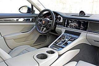 NYE TAKTER: Porsche har kastet ut de mange titalls tastene du fant i forrige Panamera. Interiøret oser av solid tyngde. (FOTO: Petter Handeland)