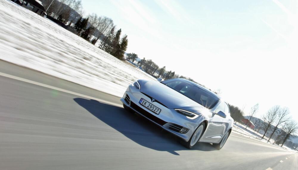 SÅ LANGT REKKER MODEL S 90D: Oppgitt rekkevidde for Model S 90D er 557 km. På vinterlig føre, men ingen kulde å snakke om, får vi en beregnet maksimal rekkevidde på 415 km i vår lange testrunde med mye landevei. Stipulert rekkevidde er noe kortere (382 km) i den korte, bynære elbilrunden vår, som simulerer typisk til-og-fra-jobben-kjøring. Det er et litt uvanlig mønster sammenlignet med andre elbiler. Vi antar at det henger sammen med at høy vekt krever sitt ved flere start og stopp i den korte runden, og at god aerodynamikk betaler seg i den lange runden der farten er høyere. (FOTO: Petter Handeland)