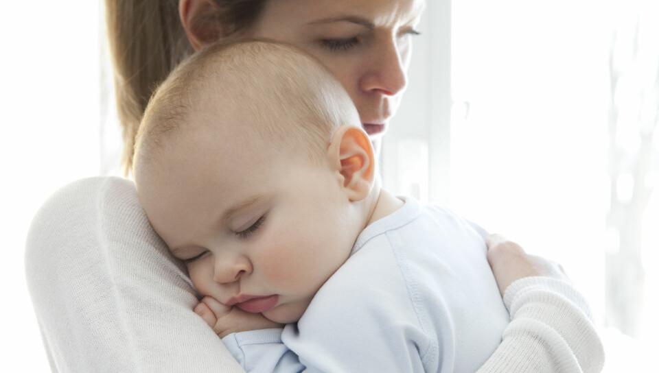 BABY SOM KASTER OPP: Sjekk når du bør kontakte lege, eller om du kan gjøre noe selv, dersom babyen din kaster opp. FOTO: Gettyimages.com