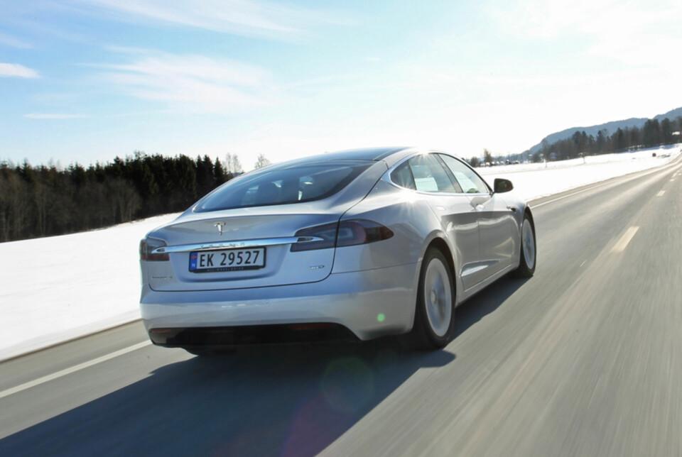 SÆREGENT: I nesten alle andre land er synet av en Model S noe uvanlig. I Norge er det Porsche Panamera som får de mest misunnelige blikkene. (FOTO: Petter Handeland)