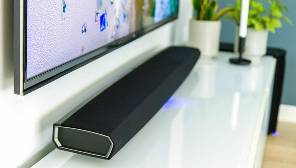 STOR: Heos Bar er en stor lydplanke med stor lyd. Her ligger den under en 60-tommers TV.