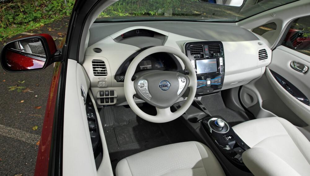 LYST INTERIØR: De første Nissan Leaf-bilene kom kun med lyst interiør. Det er mulig at det ikke ser pent ut fem år etter. (FOTO: Terje Bjørnsen)