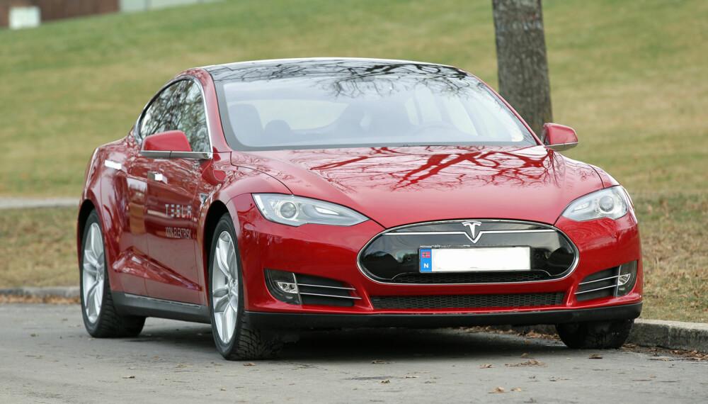 SJEKK: Det er mange små elmotorer i en Tesla, for eksempel de som trekker inn dørhåndtakene. Det er lurt å sjekke funksjonen til alle disse. (FOTO: Terje Bjørnsen)
