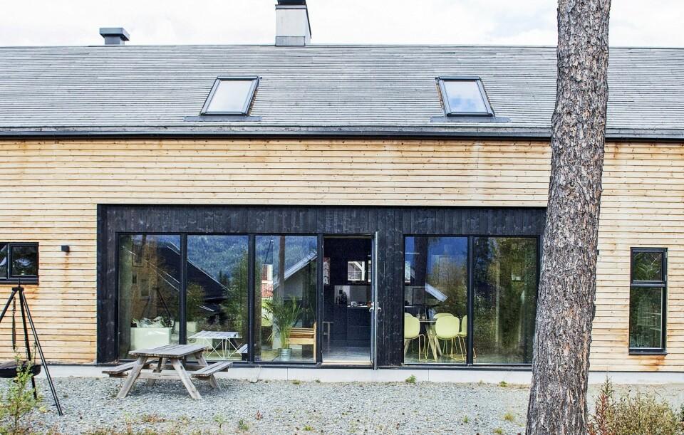 HUS I HEMSEDAL: Husets form er inspirert av de omkringliggende låvene: langstrakt og med saltak. Gavlveggene er beiset, mens langsidene er ubehandlet. All ytterkledning er i kjerneved av furu. FOTO: Filippa Tredal.