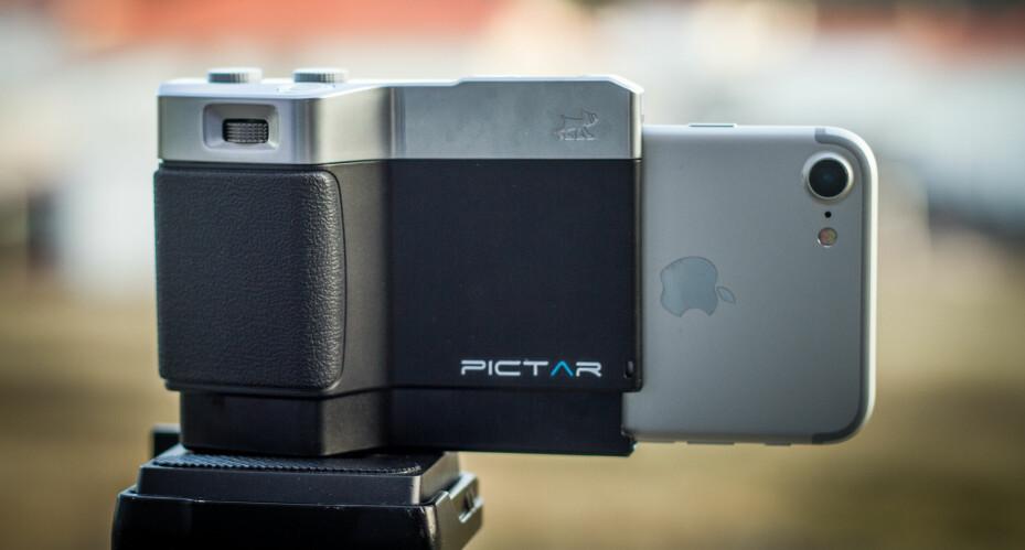 """KAMERA: Miggo Pictar for iPhone er som et halv kamera som festes til mobilen og gir deg mer en """"kamerafølelse"""" når du tar bilder med telefonen."""