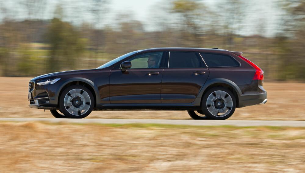 HØYERE: Med mer bakkerklaring enn konkurrenten virker Volvoen større. Ikke minst ser den dyr ut. (FOTO: Terje Bjørnsen)