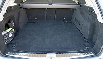 GODT MED PLASS: Det er mye lasteplass i i Mercedesen. Den har også et stort rom under gulvet. (FOTO: Terje Bjørnsen)