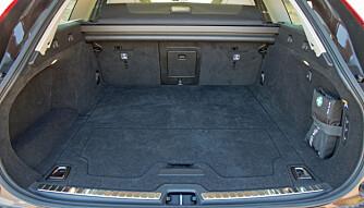 LANGT: bagasjerommene i begge bilene er lange, men ikke så høye. Under gulvet har Volvoen et reservehjul. (FOTO: Terje Bjørnsen)