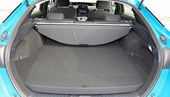 PLASSTYV: Batteriet tar av høyden i bagasjerommet. Under bagasjegardinen er det kun 25 cm. (FOTO: Terje Bjørnsen)