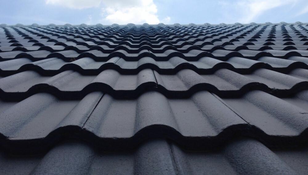 VASKE TAKSTEIN: Vet du hvordan du vedlikeholder og rengjør ulike typer tak, eller om det er tid for å skifte ut taket? Foto: gettyimages.com.