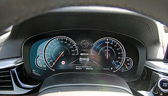 TEKNO: Bytter visning når du skifter kjøremodus. 5-serie fås dessuten med det beste headup-displayet vi har sett. (FOTO: Martin Jansen)