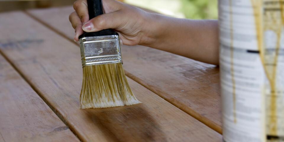 BEISE ELLER OLJE TERRASSE: Alt du trenger å vite før du beiser eller oljer terrassen, samt hvordan du påfører. Foto: Gettyimages.com.