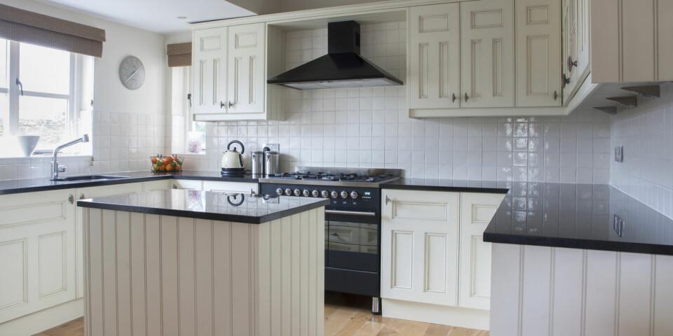 MATERIALER OVER KJØKKENBENKEN: Kunne du tenkt deg fliser, glassplater eller våtromsmaling over kjøkkenbenken? Foto: gettyimages.com.